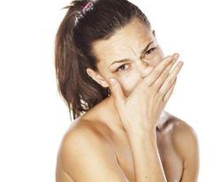 Чешется нос у девушки